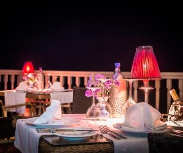 Profitez d'un dîner romantique sur la Véranda